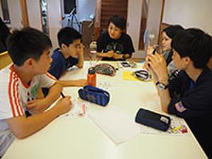 グループに分かれて、英語で議論しています。